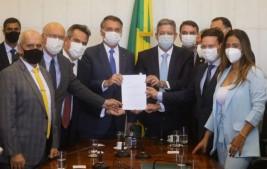Bolsonaro entrega a Lira a MP que cria o Auxílio Brasil, em substituição ao Bolsa Família