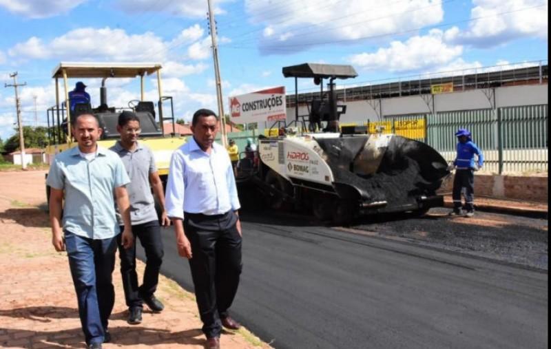 Prefeito Joel visita trecho em obras na Avenida Dirceu Arcoverde