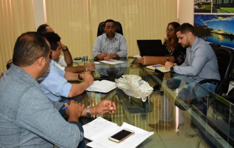 Reunião na Prefeitura de Floriano discute pagamento de rescisões de servidores temporários