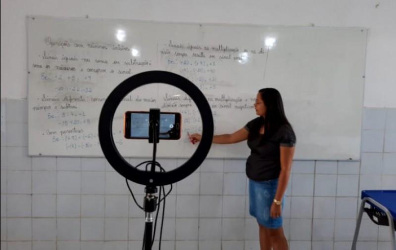 Escolas estaduais montam estúdios para transmissão de aulas remotas